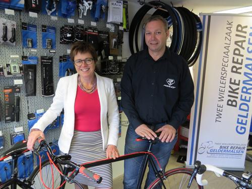 Foto bij persbericht Fotowedstrijd Betuwse 11 Dorpentocht met links namens de jury Miranda de Vries en rechts Wilfred van Beusekom van BikeRepair Geldermalsen
